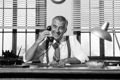 50-tal som ler affärsmannen på telefonen Royaltyfria Foton