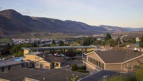 Tal-Stadt und Berge Lizenzfreie Stockfotografie