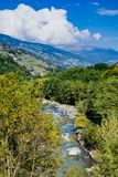 Tal in Trentino die Etsch, Italien lizenzfreie stockbilder