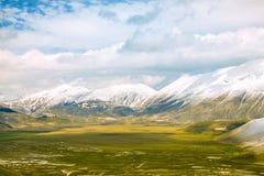 Tal und Berge mit Wolken Lizenzfreie Stockfotografie