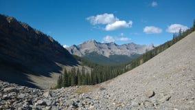 Tal unterhalb Banff-Farben des Herbstes innerhalb des Gebirgskaskadenamphitheaters Lizenzfreie Stockfotografie