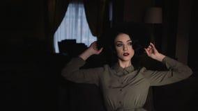 20-tal utformad härlig kvinna med lockigt svart hår och den gröna klänningen i ultrarapid arkivfilmer