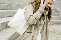 tala för flickatelefon som är teen Arkivbild