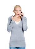 Att tala på ringer den chockade kvinnan royaltyfri bild