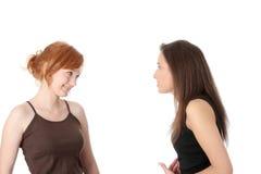 tala två unga womans Royaltyfri Foto