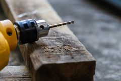 Taladradora y madera eléctricas para el trabajo del carpintero fotografía de archivo
