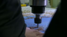 Taladro de una máquina moderna del torno que hace figuras en un cartón de papel en aworkshop almacen de video