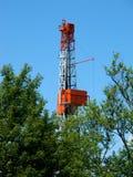 Taladro del gas natural que enarbola sobre árboles Imagenes de archivo