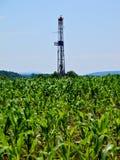 Taladro del gas natural que se levanta fuera de campo de maíz Fotografía de archivo