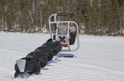 Taladro del motor para pescar en la nieve fotos de archivo libres de regalías