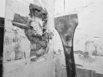 Taladro del perforador, del cincel y de las puertas en la pared de ladrillo y el tubo del propileno fotos de archivo libres de regalías