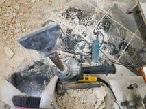 Taladro del perforador, del cincel y de las puertas en la pared de ladrillo y el tubo del propileno fotografía de archivo