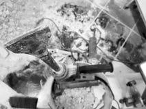 Taladro del perforador, del cincel y de las puertas en la pared de ladrillo y el tubo del propileno fotografía de archivo libre de regalías