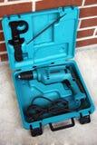 Taladro eléctrico en caso de que Foto de archivo