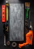 Taladro eléctrico y herramientas en negro Foto de archivo libre de regalías