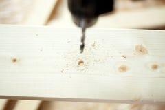 Taladro eléctrico y tablón de madera fotografía de archivo libre de regalías