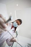 Taladro femenino de la tenencia del dentista Foto de archivo libre de regalías
