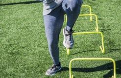 Taladro perfoming de la velocidad del atleta en césped Fotos de archivo