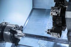 Taladro rob?tico automatizado que trabaja en f?brica industrial foto de archivo libre de regalías