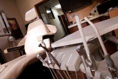 Taladro y silla dentales de las herramientas Imagenes de archivo