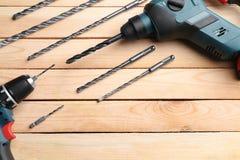 Taladros y accesorios en la tabla de madera en el ` s del carpintero Fotografía de archivo libre de regalías