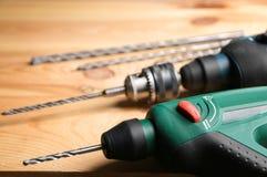 Taladros y accesorios en taller del ` s del carpintero Fotografía de archivo