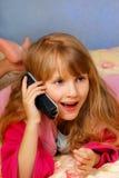talande barn för flickatelefon Royaltyfri Fotografi