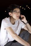 talande barn för asia mantelefon Arkivfoto