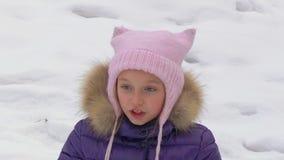 Talande flicka för stående i snöig skog under vinter som tätt går upp stock video