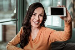 Talande foto för härlig brunettkvinna på hennes grej fotografering för bildbyråer