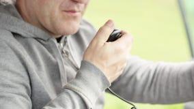 Talande handmicrophon för man och samtal på radio i hans bil stock video