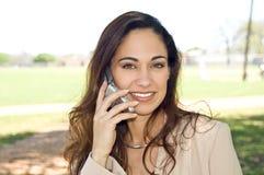 talande kvinna för affärscelltelefon Arkivfoto