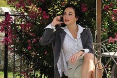 talande kvinna för affärstelefon Royaltyfria Bilder