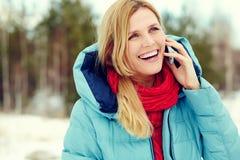 talande kvinna för härlig blond telefon Arkivfoton