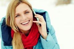 talande kvinna för härlig blond telefon Royaltyfri Bild