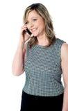 talande kvinna för härlig mobil telefon Royaltyfri Fotografi