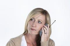 talande kvinna för härlig telefon Arkivbilder