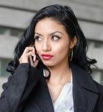 talande kvinna för härlig telefon royaltyfri foto