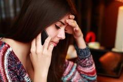 talande kvinna för härlig telefon Royaltyfria Bilder