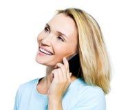talande kvinna för lycklig telefon Royaltyfri Foto