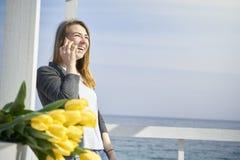 talande kvinna för lycklig telefon royaltyfri fotografi