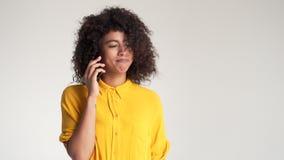talande kvinna för mobil telefon arkivfilmer