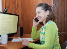 talande kvinna för mobil telefon Arkivbilder