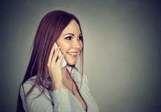 talande kvinna för mobil telefon royaltyfria bilder