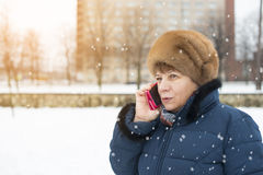talande kvinna för telefon Royaltyfri Foto