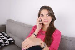 talande kvinna för telefon Arkivbild