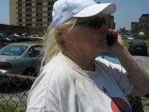 talande kvinna för celltelefon Arkivbilder