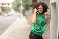 talande kvinna för telefon Arkivfoto