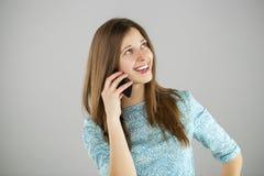 talande kvinnabarn för härlig mobil telefon Royaltyfri Fotografi