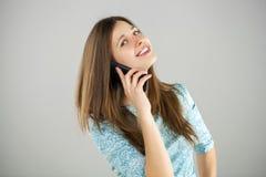 talande kvinnabarn för härlig mobil telefon Arkivbilder